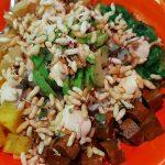 Poke Bowl La Verdu: base de arroz con tofu marinado, aguacate, mango fresco picante, piña natural, alga nori y veganesa de miso | Foto: José L. Conde