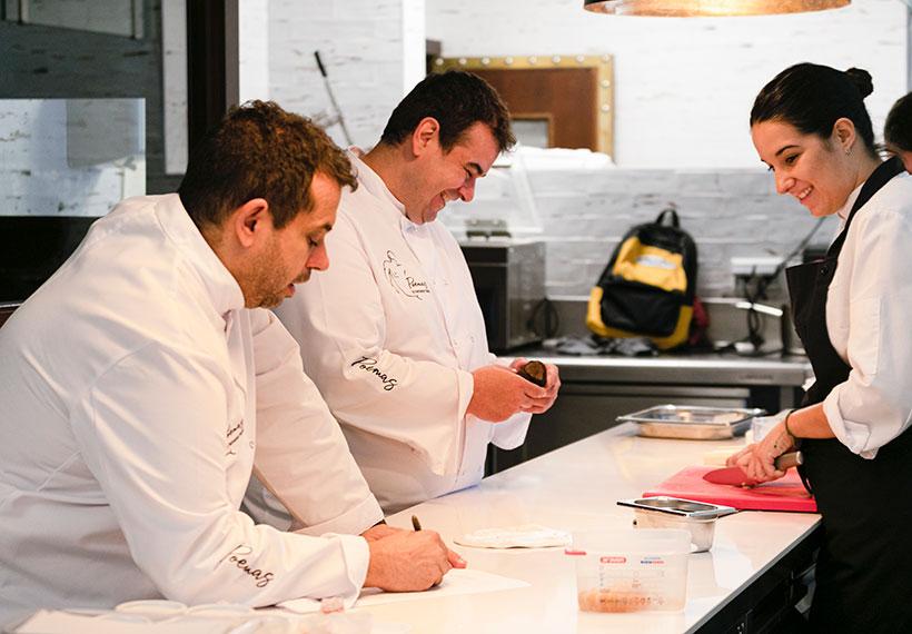 Juan Carlos y Jonathan Padrón, en la cocina con Icíar Pérez