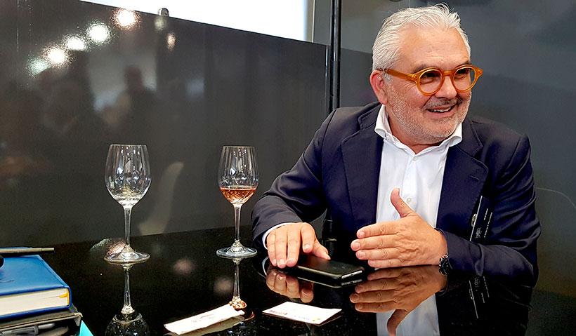 Toño Armas, propietario de la vinoteca El Gusto por el Vino | Foto: José L. Conde
