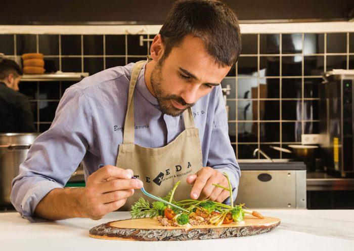 Borja Marrero elabora uno de sus platos en el restaurante Texeda