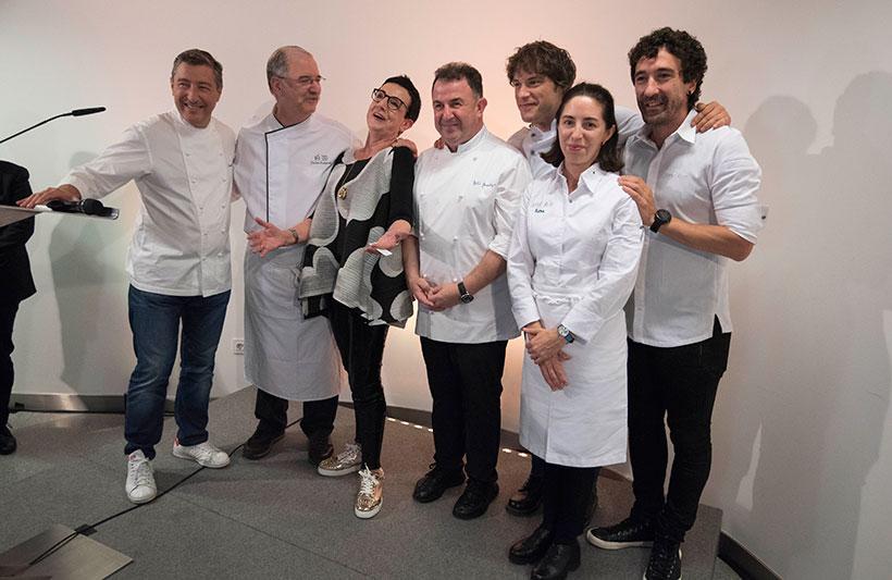 Los chefs catalanes, algunos de ellos, en la foto, protestan por el cierre de sus locales en Cataluña   Foto: Coconut