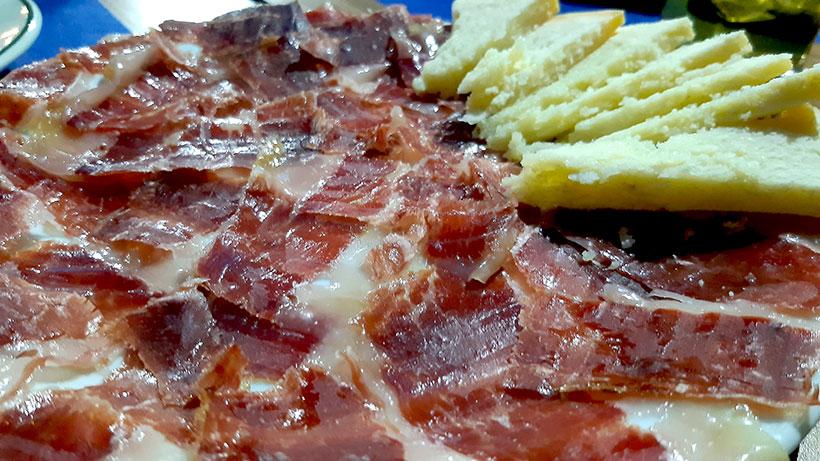 El buen jamón y el queso son imprescindibles en El Portón | Foto: José L. Conde