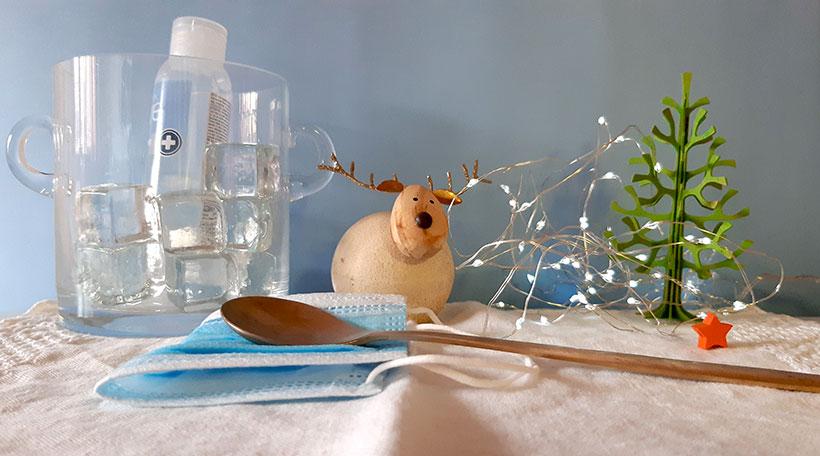 El gel hidroalcohólico y las mascarillas no pueden faltar este año en la mesa | Foto: José L. Conde