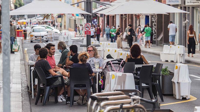 Un grupo de personas consumen en una terraza   Foto: Sergio Méndez