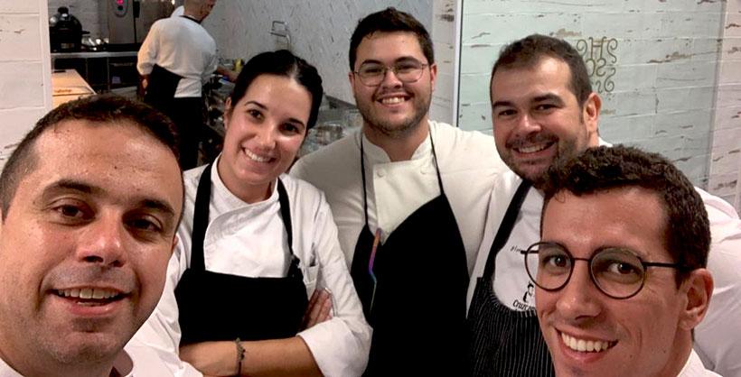 Icíar Pérez, con los hermanos Padrón y miembros de su equipo de cocina