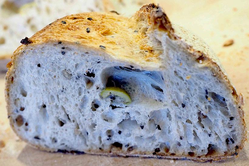 Corte del pan, ecológico, con semillas y aceitunas | Foto: Sergio Méndez