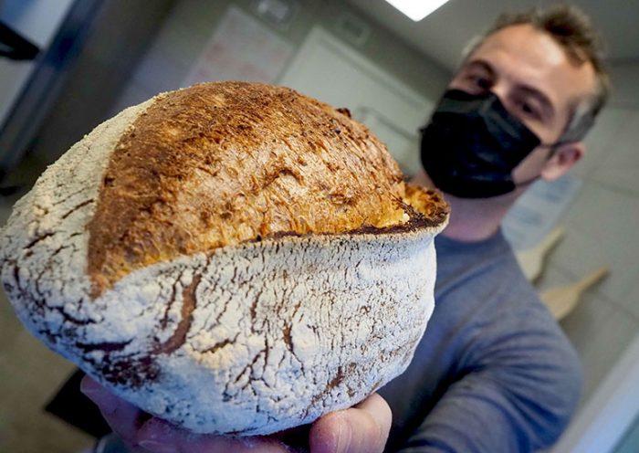 Mario Torres muestra uno de los panes que elabora para su restaurante | Foto: Sergio Méndez