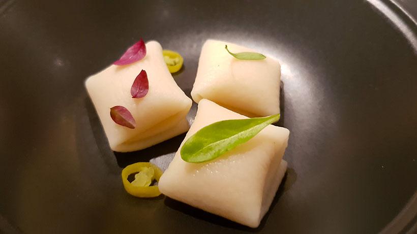 Raviolis de queso de bodega de Montesdeoca, que acompañan con caldo de lentejas de El Rincón de Juan Carlos | Foto: J.L. C.