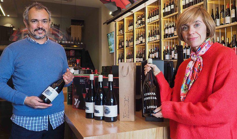 Loreto Pancorbo y Gabriel Morales, con algunos de sus vinos, en la tienda de Vinófilos   Foto: Sergio Méndez