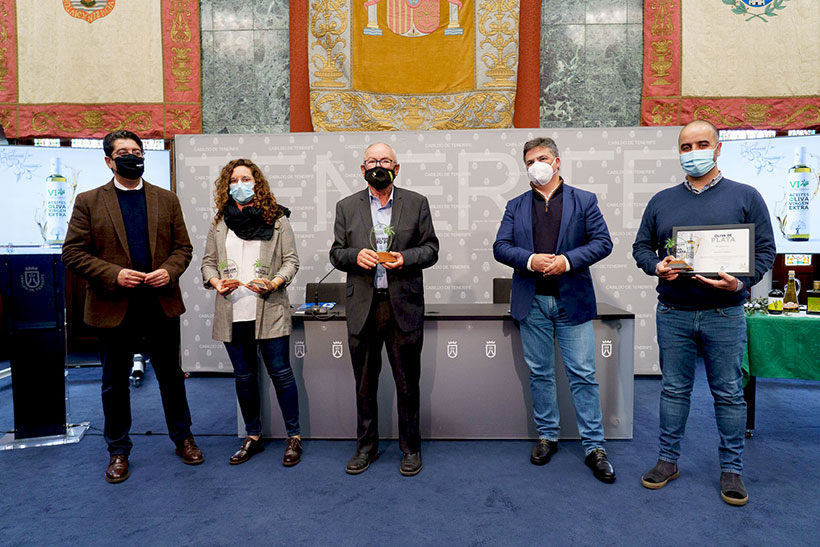 Foto de familia de las autoridades y los premiados en el Concurso de Aceite de Oliva