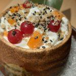 Helado de piña herreña sobre espuma de yogur natural y fruta de temporada