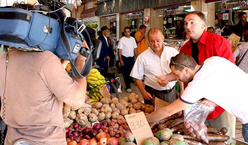 Manuel Iglesias (i) y el chef José Andrés, durante su recorrido por La Recova de la capital tinerfeña | Foto: Diario de Avisos