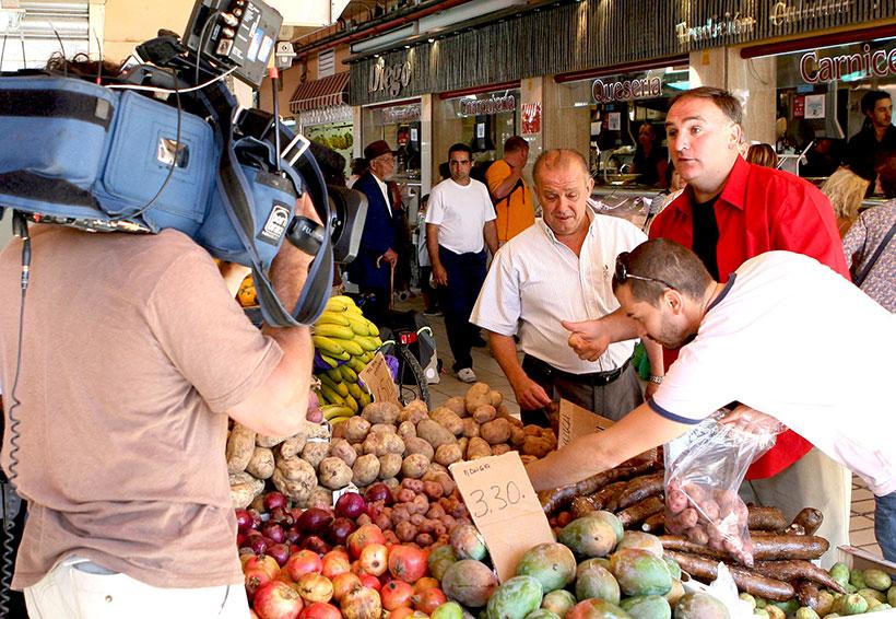 Manuel Iglesias (i) y el chef José Andrés, durante su recorrido por La Recova de la capital tinerfeña   Foto: Diario de Avisos