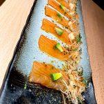 Usuzukuri de salmón noruego con mahonesa de parchita, aguacate y crujiente de spring roll