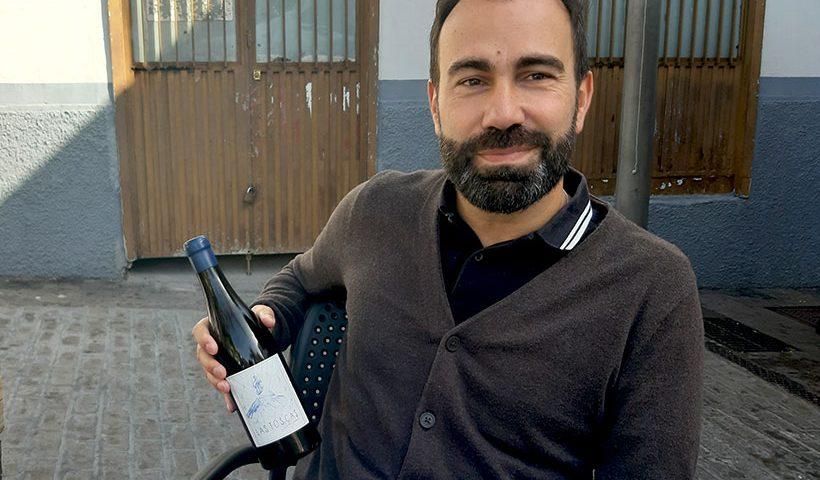 Iñaki Garrido muestra una botella de Las Toscas, el vino que elabora   Foto: José L. Conde