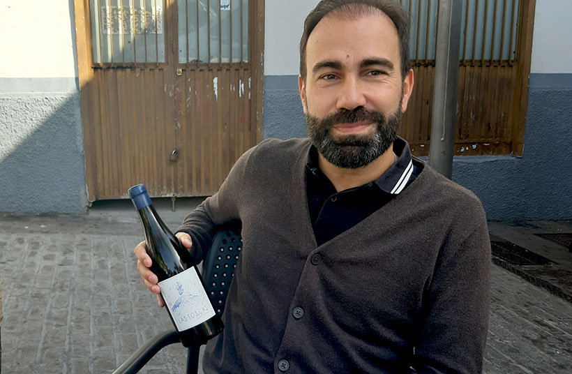Iñaki Garrido muestra una botella de Las Toscas, el vino que elabora | Foto: José L. Conde