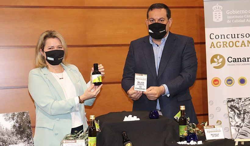 Alicia Vanoostende y Basilio Pérez muestran el aceite premiado