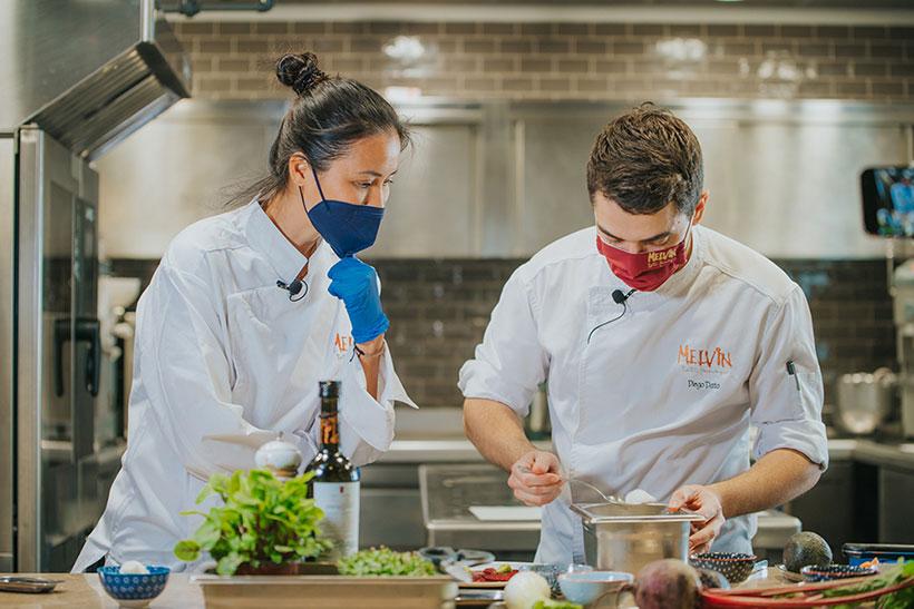 Xuan Lan y Diego Dato, durante la elaboración del menú saludable