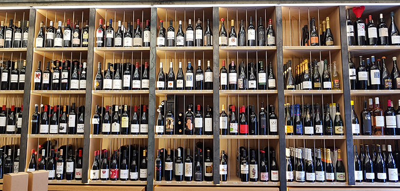 Exposición de vinos en la vinoteca de Vinófilos en Tenerife | Foto: José L. Conde