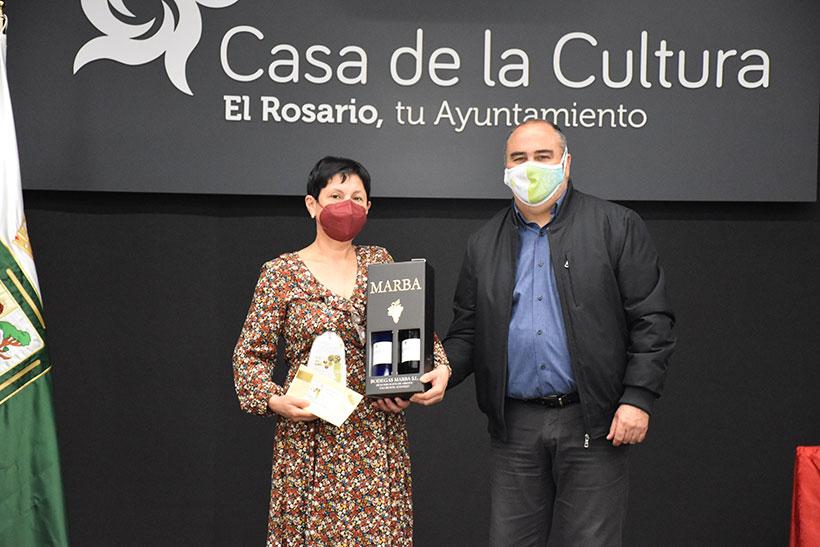 El alcalde de El Rosario entrega el premio a la ganadora de la Ruta de la Tapa de la Alcachofa