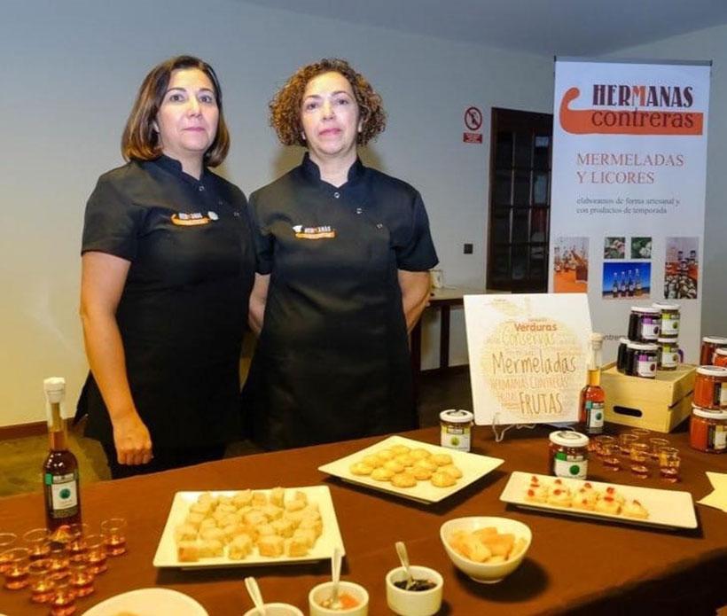 María Luisa y Ana Belén Contreras con algunos de sus productos
