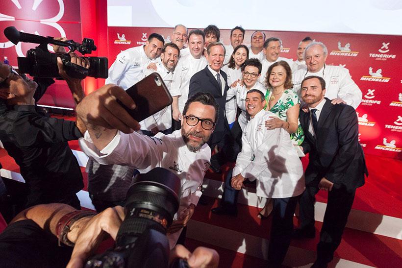 Algunos de los cocineros premiados se sacan un selfie durante la Gala Michelin celebrada en Tenerife | Foto: EFE