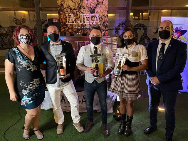 Foto de familia de los premiados en el concurso de cerveza