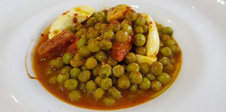Arvejas con huevo duro, un plato típico de menú | Foto: José L. Conde