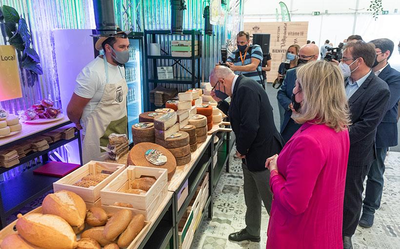 Antonio Morales observa un puesto de quesos de Gran Canaria