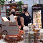 Edelmira Alonso (i) y Yurena Salazar en el puesto de quesos | Foto: José L. Conde