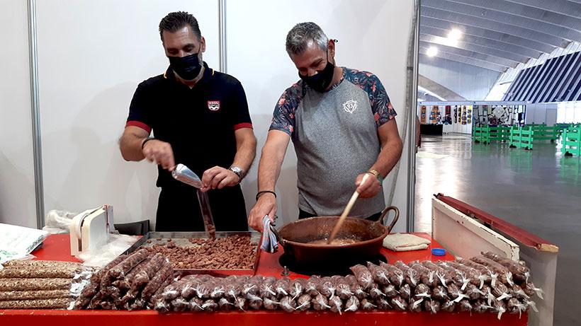 Francisco Pérez y Juan Morato preparan unas almendras garrapiñadas | Foto: José L. Conde