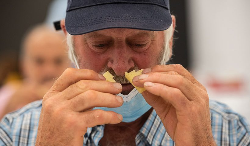Un catador, durante un concurso de quesos