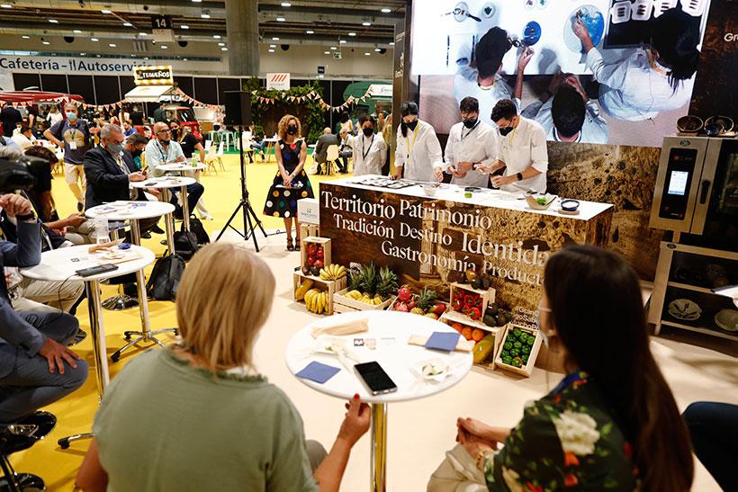 Cocineros de Gran Canaria en el stand de la isla en Madrid Fusión | Foto: Guillermo Navarro