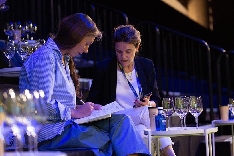 Dos participantes en las catas y sesiones de The Wine Edition | Foto: Jorge
