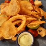Calamares a la romana con chips de batata | Foto: José L. Conde