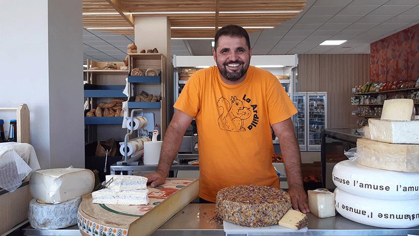 Iván Pérez, en el área de quesos de La Ardilla | Foto: José L. Conde