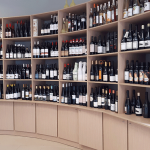 El área de vinos, donde se encuentran novedades poco conocidas   Foto: José L. Conde