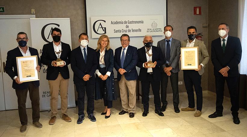 Foto de familia de los premiados, junto al alcalde y miembros de la Academia de Gastronomía | Foto: Fran Pallero