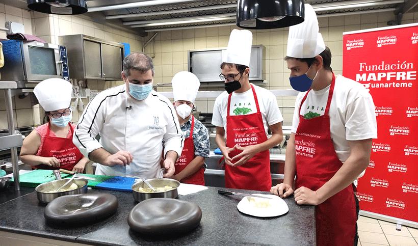 El chef del restaurante M.B, durante la elaboración del plato con sus ayudantes