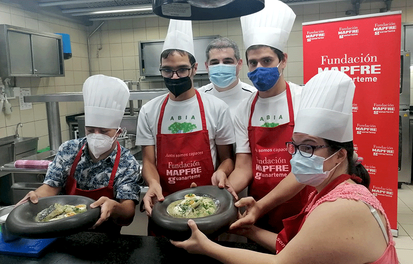 Erlantz Gorostiza, Marco, Germán, Sergio y Sara presentan su merluza en salsa verde