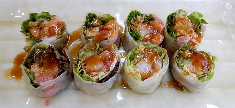 Ensalada de langostinos tempurizados con atún y papel de arroz | Foto: José L. Conde