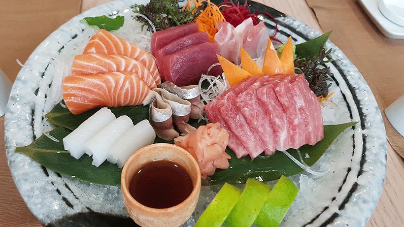 Sashimi de atún, toro, salmón, calamar y chicharro del restaurante Kazan | Foto: José L. Conde