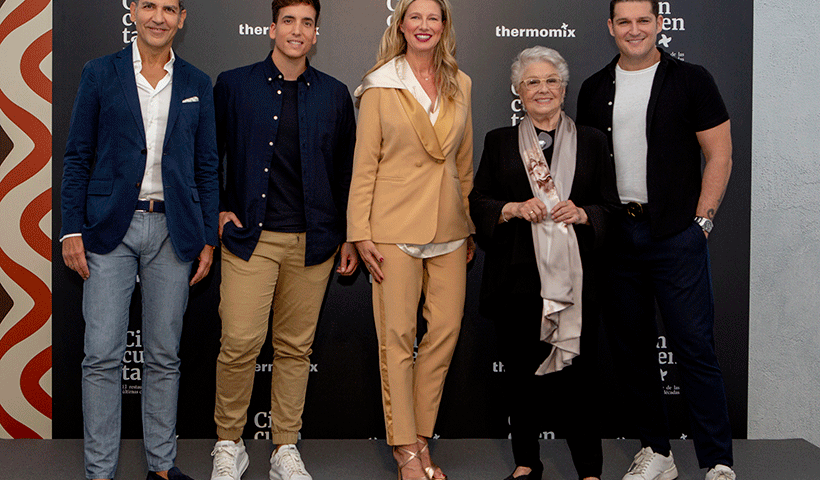 Lola Herrera, Paco Roncero, Anne Igartiburu, Manu Tenorio y Xuso Jones posan en el photocall